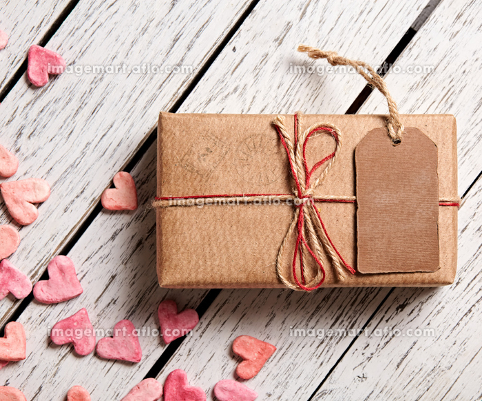 Vintage gift box with blank tag and heap of heartsの販売画像