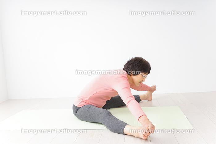 ヨガをするシニア女性の販売画像