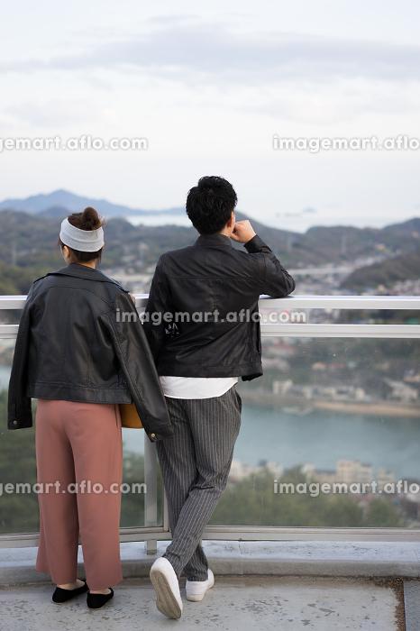 景色を眺めるカップル(日本・広島・尾道)の販売画像