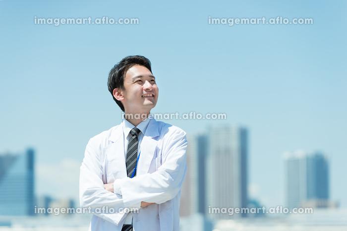 腕組みをする白衣の男男性の販売画像
