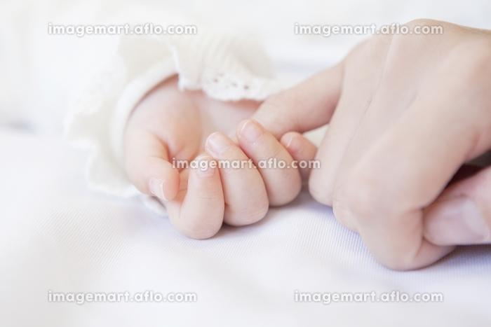 赤ちゃんと母親の手の販売画像