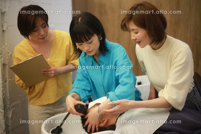 美容師の講習イメージの販売画像