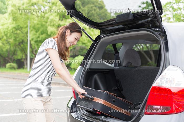 女性と自動車 荷物の販売画像