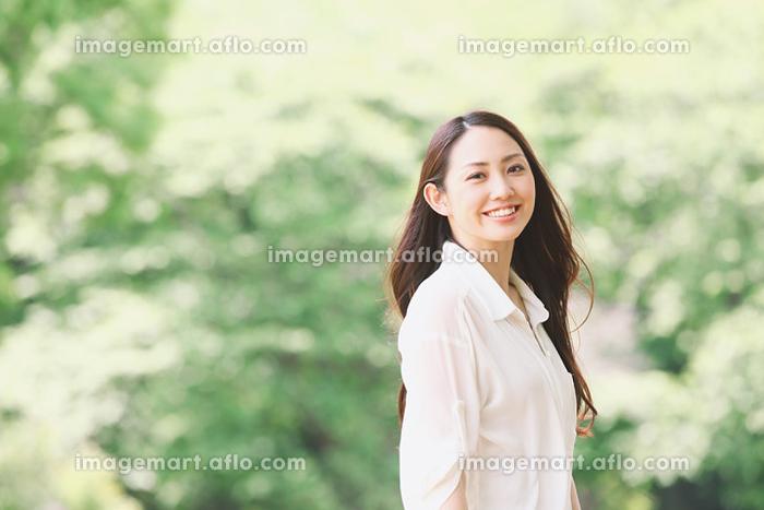 公園に散歩する日本人女性の販売画像