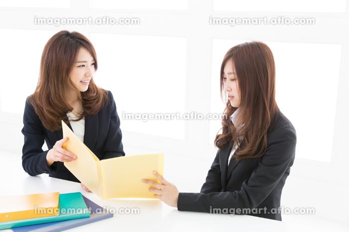 打合せをする二人の女性 ビジネスの販売画像