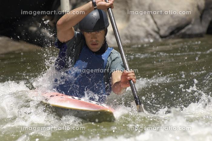 Young man whitewater kayakingの販売画像