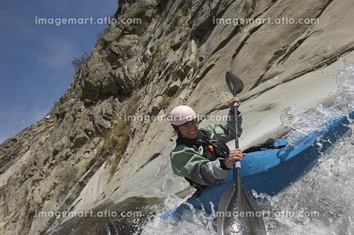 Woman Kayaking On Mountain Riverの販売画像