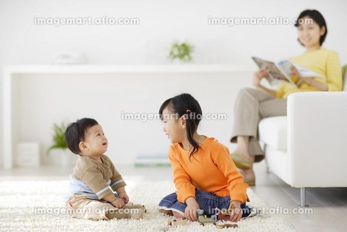リビングで遊ぶきょうだいとお母さん