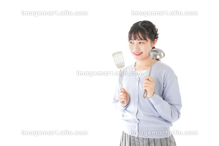 調理をする若い女性の販売画像