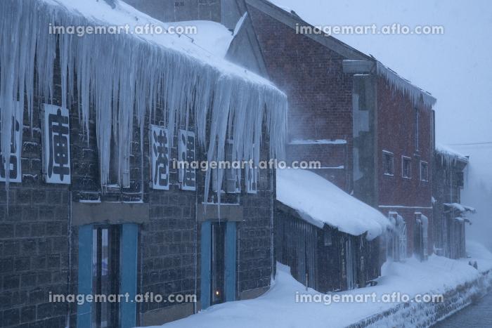 小樽運河の倉庫群から垂れる長い氷柱(北海道)の販売画像