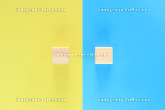 青と黄色の背景に積木が二つ 2の販売画像