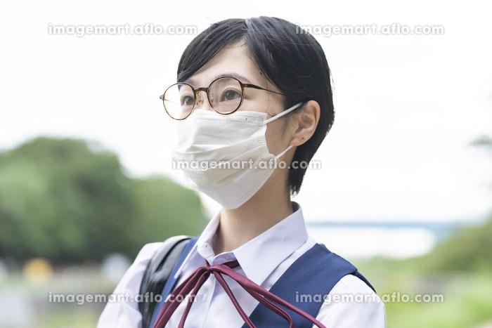 マスクを装着して通学する女子高生の販売画像