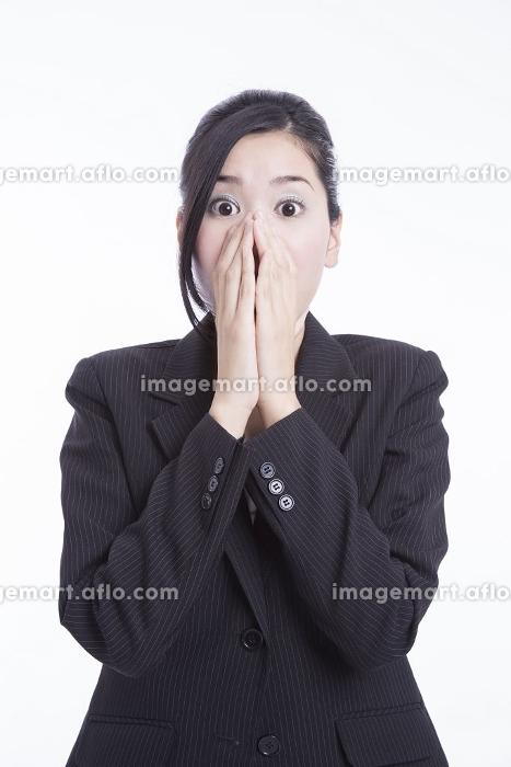 口を手で覆うOL(24026549)|イメージマート