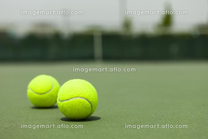 テニスボールとテニスコートの販売画像
