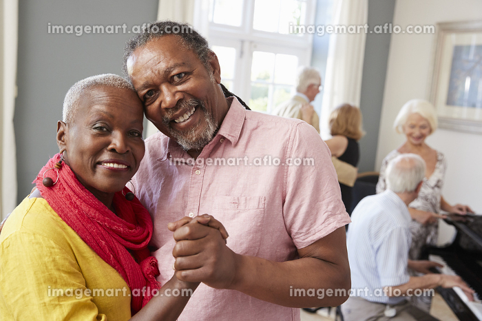 Portrait Of Senior Couple Enjoying Dancing Club Togetherの販売画像