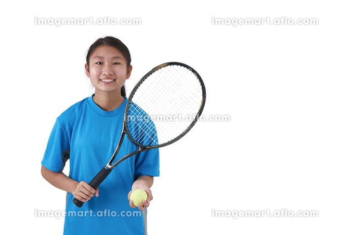 テニスラケットを持つ日本人中学生の販売画像