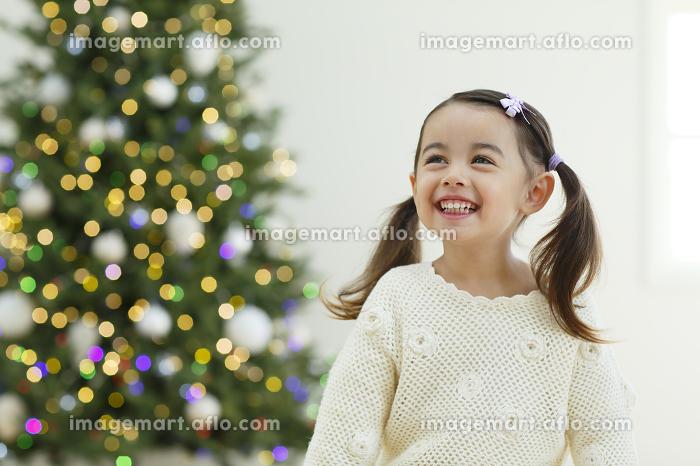 クリスマスツリーと小さな女の子の販売画像
