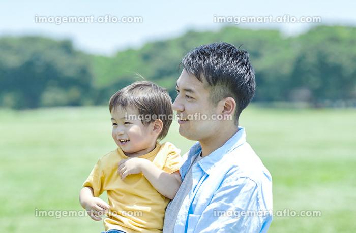 新緑と日本人親子の販売画像