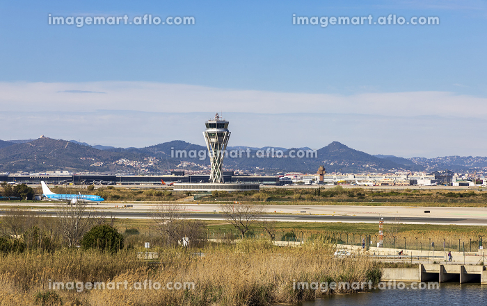 Landing strip at Barcelona airport with planes on the runwayの販売画像