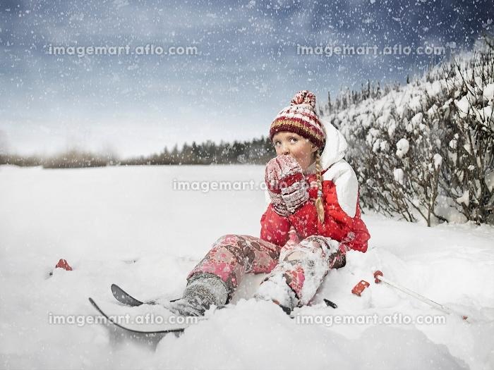 雪遊びをする女の子の販売画像