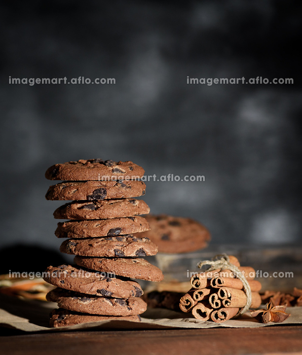 stack of round chocolate chip cookiesの販売画像