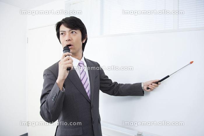 講演をする男性の販売画像