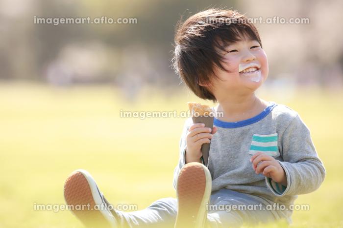 ソフトクリームを食べる男の子の販売画像