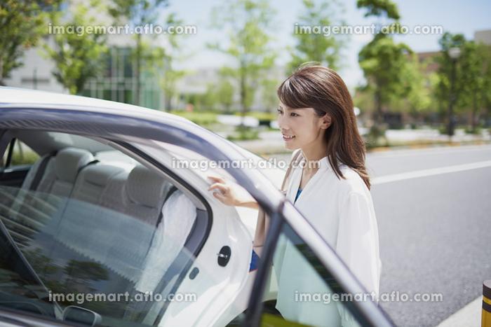 タクシーに乗る若い日本人女性の販売画像