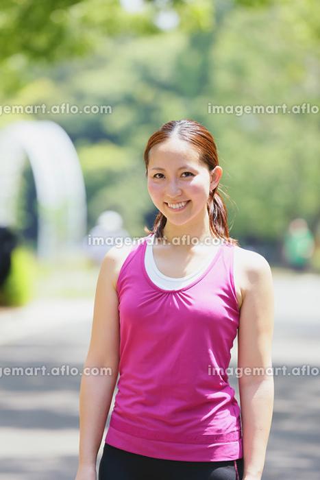 トレーニングウェアを着ている日本人女性の販売画像
