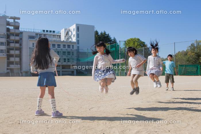 縄跳びをする小学生の販売画像