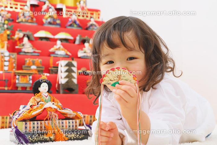 ひな人形の飾り付けをする日本人の女の子