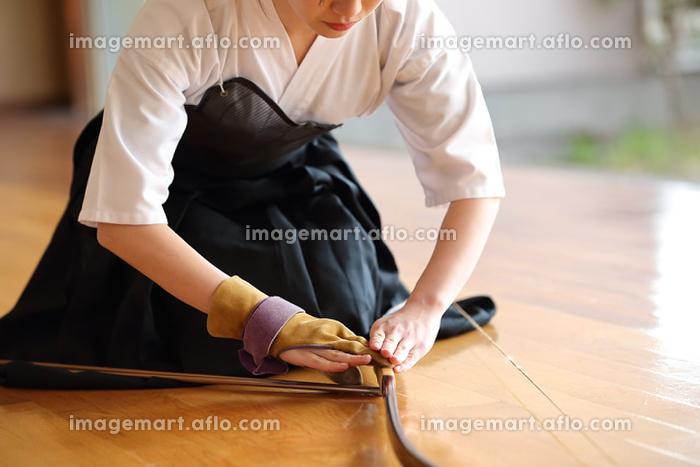 弓道をする女性の販売画像