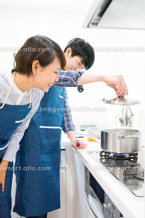 楽しい調理風景(カップル)の販売画像