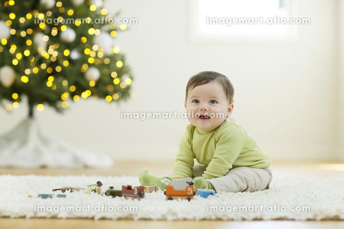 クリスマスツリーのあるリビングで遊ぶ赤ちゃん