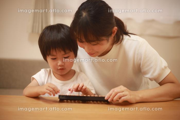 そろばんを使う親子の販売画像
