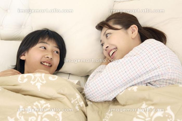 寝そべる母親の販売画像
