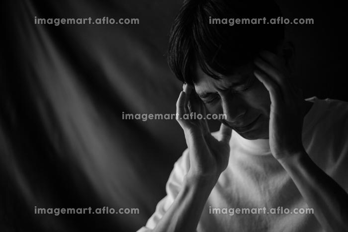 頭痛を感じる男性の販売画像