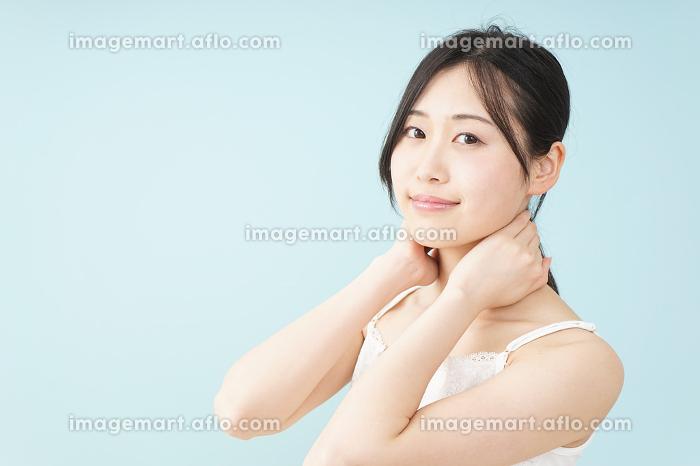 ボディケアをする若い女性の販売画像