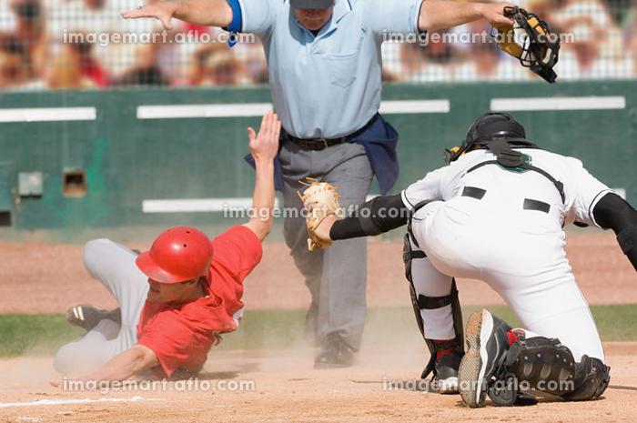 野球のホームベースでのクロスプレーの販売画像