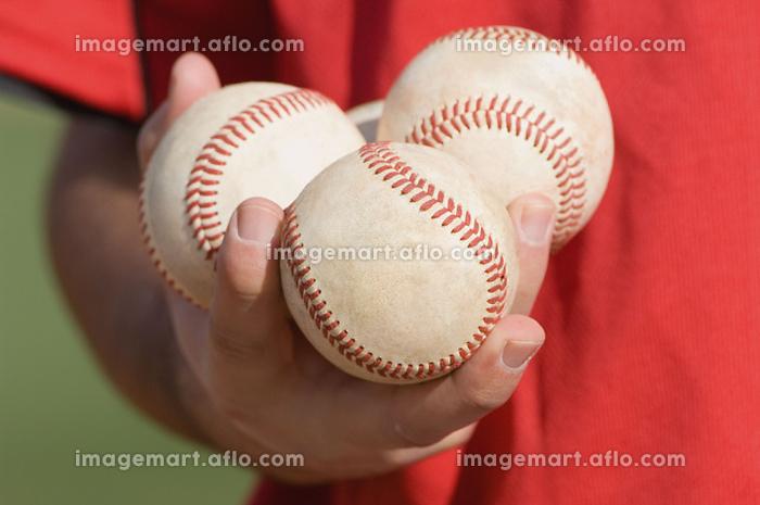 野球ボールを複数持つ手の販売画像