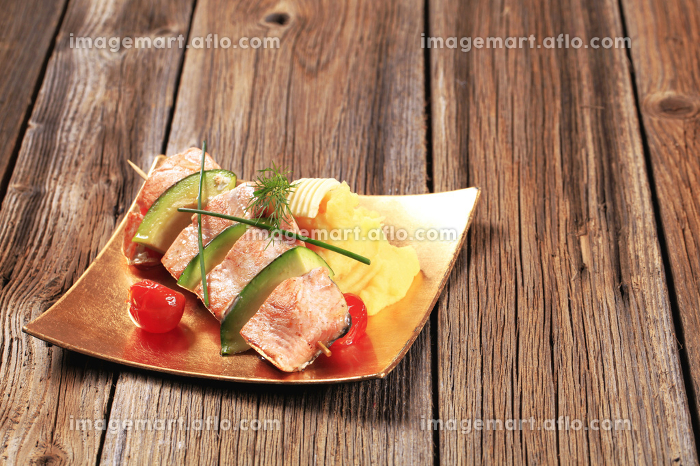 Salmon and avocado skewer with potato pureeの販売画像