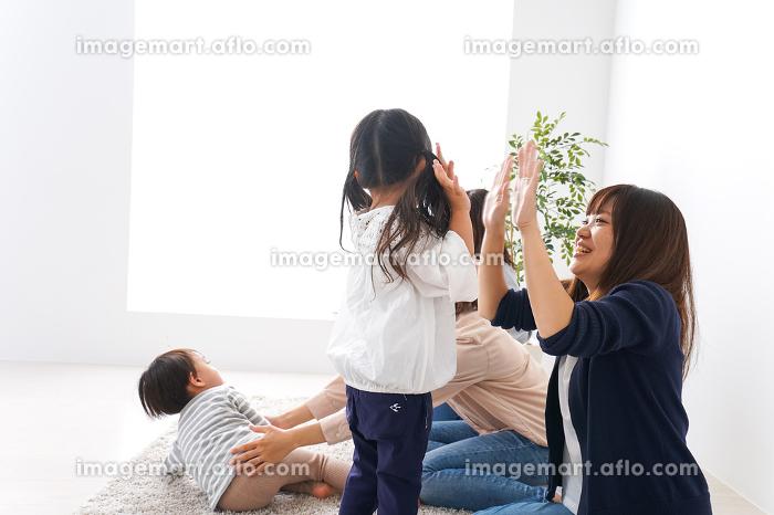 笑顔のお母さんと子供の販売画像