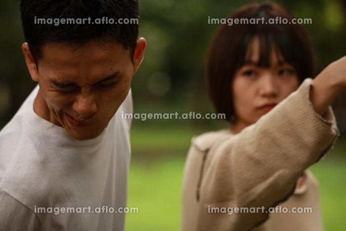 女性に殴られる男性の販売画像