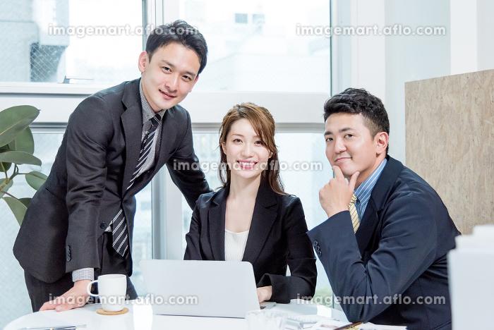 働く人々・3名・チームワーク・カメラ目線の販売画像