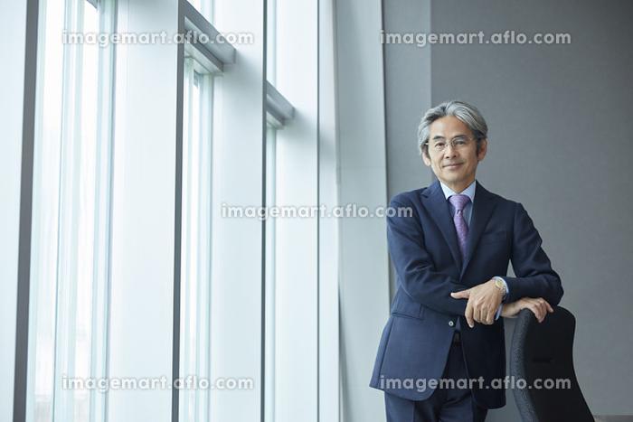 窓辺の日本人エグゼクティブの販売画像