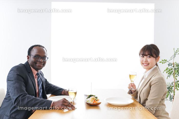 食事を楽しむビジネスパーソンの販売画像