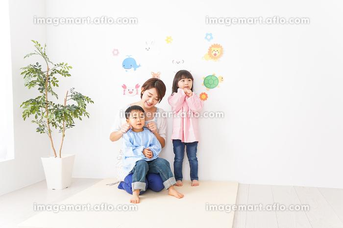 幼稚園・保育園・こども園の先生と生徒の販売画像