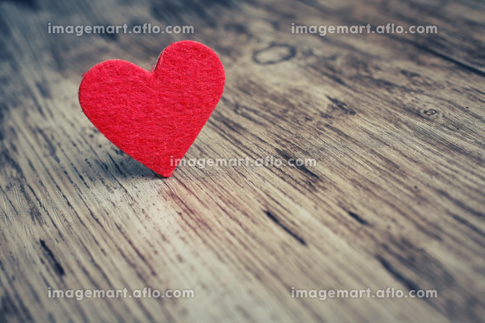 Red heart on the wooden  backgroundの販売画像