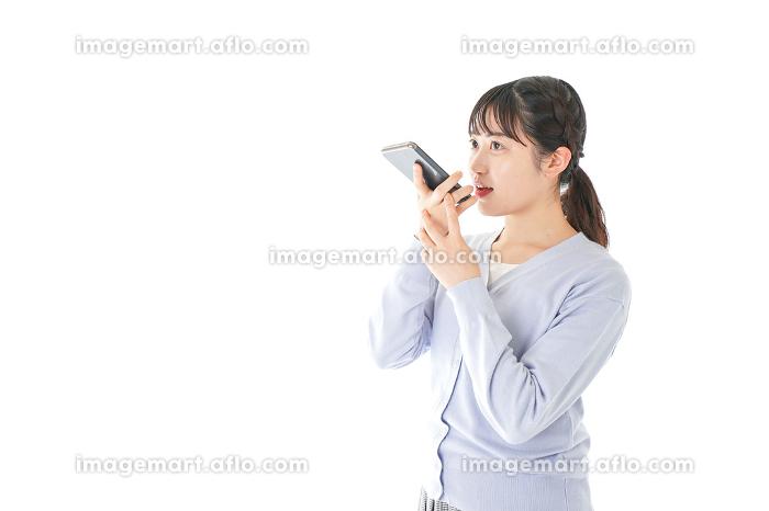 音声入力をする若い女性の販売画像