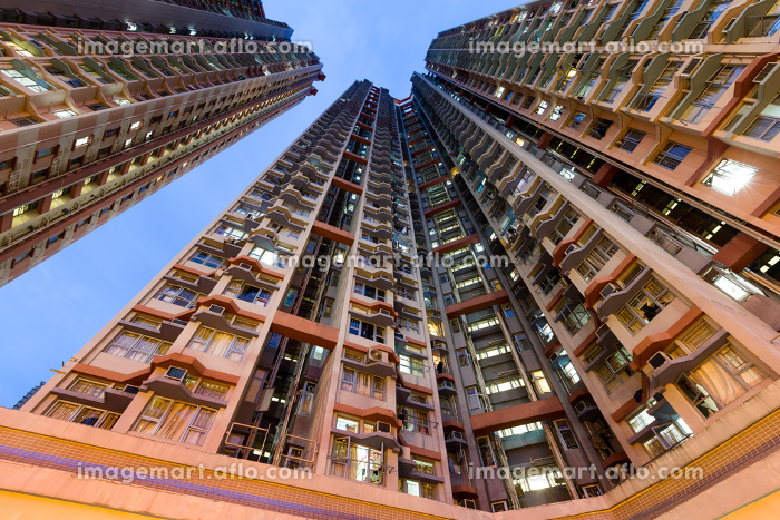 Building skyscraper from low angle at nightの販売画像